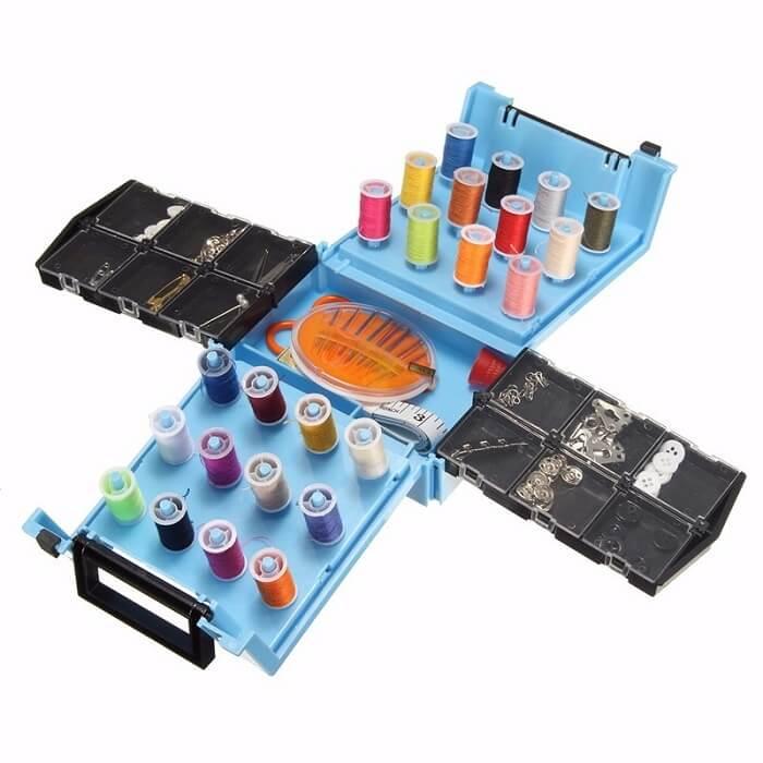 Швейный набор Sewing Kit в чемоданчикеШвейные машинки и наборы для шитья<br>Настоящий волшебный набор для швей в чемоданчике Sewing Kit! Больше 120 предметов для шитья и срочных латок. Качественные нити, пуговицы, заклепки, крючки, булавки, кнопки…<br>