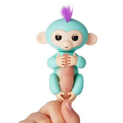 Интерактивная обезьянка Fingerlings Baby Monkey, зеленыйОстальные игрушки<br>Хотите подарить море улыбок своему ребенку? Интерактивная обезьянка Fingerlings Baby Monkey, которая стала хитом во многих странах. Милая зверушка любит хвататься своими лапками за палец своего нового хозяина, висеть вниз головой, зацепившись за разные предметы, а также выполнять разные трюки!<br>