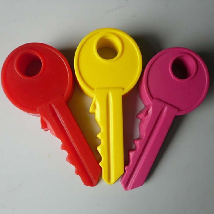 Силиконовый стоппер для двери - Ключ, 2 шт, цвет миксОстальное<br>Силиконовый стоппер для двери – это необходимая вещь в каждом доме. Если вы только недавно установили новые межкомнатные двери, то должны подумать о безопасности мебели и стен вокруг. А если в вашем доме живет непоседа, то вы знаете, что неосторожным движением хрупкие пальчики могут оказаться прищимленными! Силиконовый стоппер убережет ребенка от травм!<br>