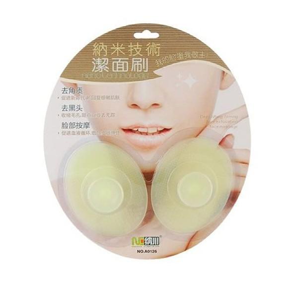 Нано-щетки для очистки кожи лицаУход за кожей лица<br>Корейцы знают толк в косметологии, и нано-щетки для очистки кожи лица тому подтверждение. Две гигиенические щетки из силикона с антибактериальным эффектом очищают кожу в десять раз лучше, чем обычные щеточки. Не повреждают кожу, вытягивают черные точки, заживляют прыщи.<br>
