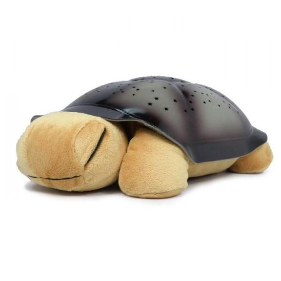 Ночник-проектор Музыкальная черепаха, бежеваяСветильники проекторы<br>Только подумайте, вечером, когда вы погасите в комнате основной свет, на «небе» зажгутся звездочки, которые не просто отражаются на потолке, а буквально парят в воздухе, весело подмигивая вам. Это чарующее кружение буквально завораживает малыша, помогая ему успокоиться, а потом быстро и спокойно уснуть.<br>