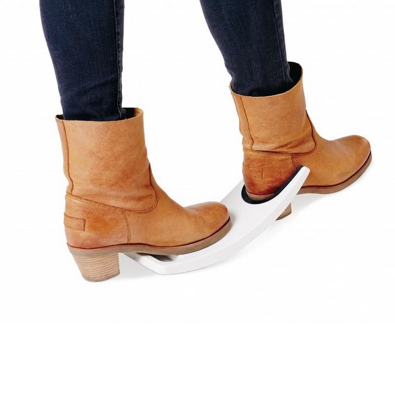 Устройство для снятия обувиОстальное<br>Вы можете уберечь свою спину от ежедневных нагрузок, а также позаботиться о чистоте в своем доме, ведь когда на улице слякоть, мы все несем грязь домой. А пока мы снимаем обувь в прихожей, успеваем запачкать весь пол! Уникальное устройство для снятия обуви избавит вас от всех проблем!<br>