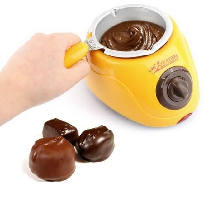 Фондюшница Chocolatiere - шоколадное фондюДругая техника для кухни<br>Фондюшница Chocolatiere - шоколадное фондю устроит настоящий рай для сладкоежек и истинных гурманов. С помощью этого набора вы сможете приготовить роскошное шоколадное или карамельное фондю с любыми фруктами, ягодами, бисквитами, зефиром. Но и это еще не все! Нежный мусс, шоколадный напиток, домашние конфеты…Удовольствию не будет предела!<br>