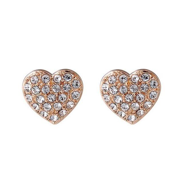 Серьги-гвоздики в форме сердечек с кристалламиСерьги<br>Два золотых сердечка с яркими стразами станут отличным украшением для любой представительницы слабого пола. С ними гораздо проще заставить окружающих обращать на Вас внимание.<br>