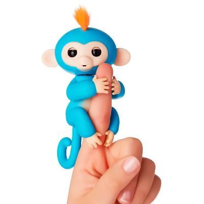 Интерактивная обезьянка Fingerlings Baby Monkey, голубойОстальные игрушки<br>Хотите подарить море улыбок своему ребенку? Интерактивная обезьянка Fingerlings Baby Monkey, которая стала хитом во многих странах. Милая зверушка любит хвататься своими лапками за палец своего нового хозяина, висеть вниз головой, зацепившись за разные предметы, а также выполнять разные трюки!<br>
