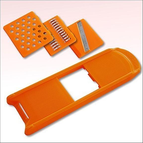 Терка с 3  насадками Мини ТриоОвощерезки и измельчители<br>Овощи и фрукты можно нарезать ровно и одинаково: ломтиками, пластинами, кубиками или брусочками. Терка надежна, безопасна и проста в эксплуатации. Остро заточенные лезвия ножей гарантируют отличный результат.<br>