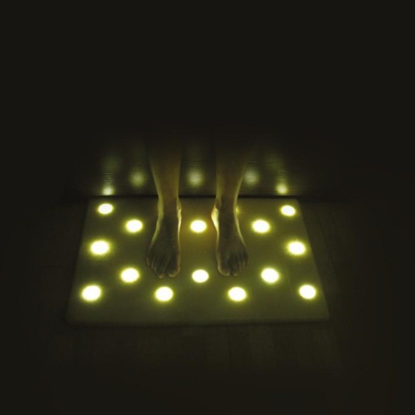 Коврик с подсветкой для пола с 16 Led светильниками EN Light Mat (Эн Лайт Мат)Ночники и настольные лампы<br>Светящийся пол? Эту мечту легко можно воплотить в жизнь, благодаря коврику с подсветкой для пола с 16 Led светильниками EN Light Mat (Эн Лайт Мат). Это изобретение позволит вам не будить всю семью ранним утром и не слепить свои глаза!<br>