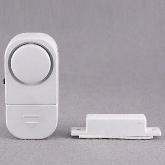 Сигнализация домашняя на дверь или окноОстальное для дачников<br>Сигнализация домашняя на дверь или окно - это грамотная экономия и безопасность в Вашем уютном гнездышке. Совершенно необязательно приобретать дорогостоящее видеонаблюдение, ведь данное приспособление отпугнет всех непрошенных гостей!<br>