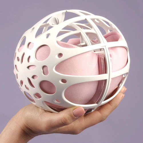 Контейнер для стирки бюстгальтера Bra BabyМешки и шарики для стирки<br>Контейнер защищает бюстгальтеры от залома чашечек во время стирки в стиральной машинке, разрывов кружевных отделок и растяжения шлеек.<br>