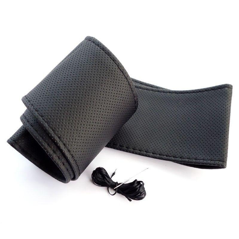 Оплетка на руль со шнуровкой - чернаяОстальное<br>Ищете стильный, полезный и недорогой тюнинг для собственного автомобиля? Скорее знакомьтесь с оплеткой на руль со шнуровкой из черной кожи. Изделие пригодится вам в любое время года, поскольку в жару защитит пластик руля от непривлекательного выгорания, а зимой вы сможете прикасаться к теплой оплетке, а не морозить руки!<br>
