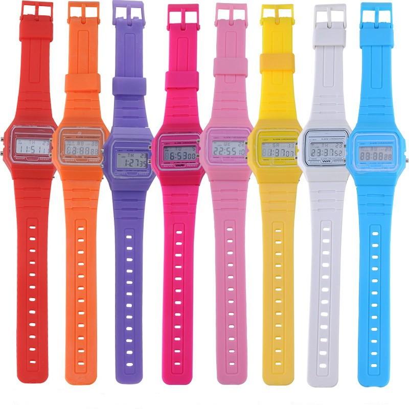 Электронные часы Simple TimeСпортивные LED часы<br>Счастливые часов не наблюдают! Ошибочное мнение, счастливые наблюдают время на изящных превосходных и модных часах. Хотите почувствовать себя стильно, тогда электронные часы с силиконовым ремешком именно для вас.<br>