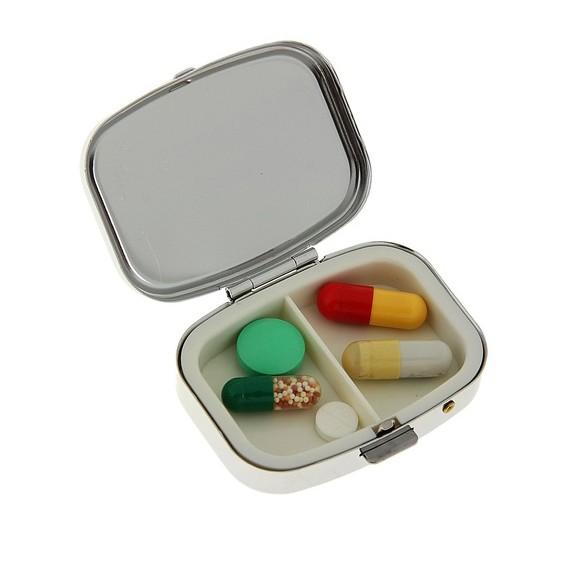 Таблетница прямоугольная, 5,5x4 смКонтроль состояния здоровья<br>К сожалению, многие люди сейчас просто зависят от лекарственных препаратов. Аллергия, проблемы с желудком, частые вирусные инфекции заставляют помнить о приеме нужных препаратов ежедневно. Если вы ведете активный образ жизни и часто забываете о том, что нужно выпить лекарство, то вам поможет прямоугольная таблетница. Ваша задача – просто распределить лекарства по ячейкам. Теперь вы точно не собьетесь с толку!<br>
