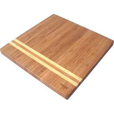 Доска разделочная бамбук 25х25х1,8см Bekker BK-9725Доски разделочные<br>Квадратная разделочная доска «Bekker» изготовлена из высококачественной древесины бамбука, обладающей антибактериальными свойствами. Бамбук - инновационный материал, идеально подходящий для разделочных досок. Доски из бамбука обладают высокой плотностью структуры древесины, а также устойчивы к механическим воздействиям. Функциональная и простая в использовании, разделочная доска «Bekker» прекрасно впишется в интерьер любой кухни и прослужит вам долгие годы. Размер доски: 25 см х 25 см. Толщина доски: 1,8 см.<br>
