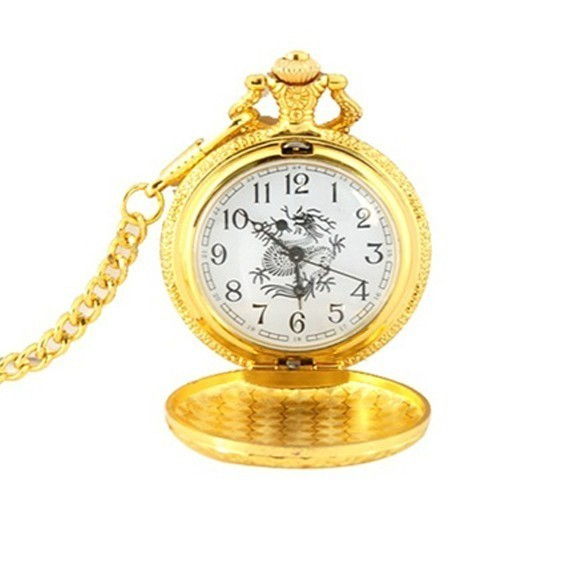 Карманные часы под золото ДраконКарманные часы<br>Если вы любите эксклюзивные антикварные изделия, которые прекрасно сочетаются с инновационными технологиями и современной модой, то скорее знакомьтесь с карманными часами под золото «Дракон». Этот аксессуар обладает максимально точным ходовым механизмом и оригинальным внешним видом!<br>