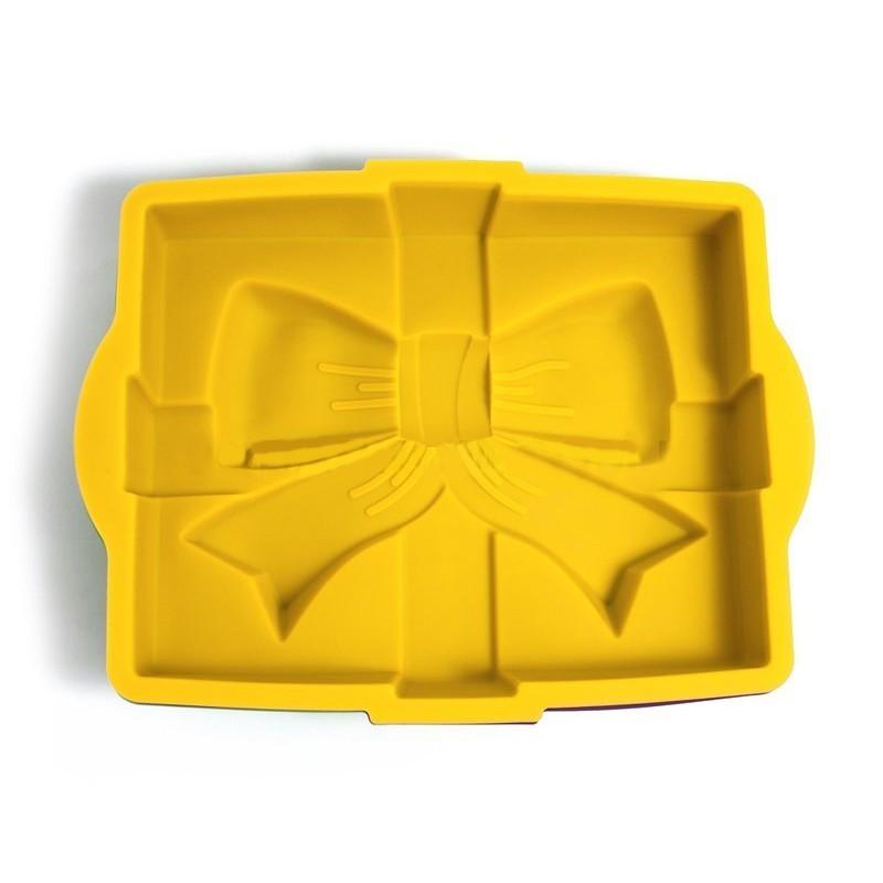 Силиконовая форма для выпечки «Бант» Regent InoxСиликоновые формы<br>С ней можно испечь классический большой прямоугольный бисквит в виде подарочной коробки, перевязанной лентами с большим бантом в центре. Подойдет для праздников.<br>