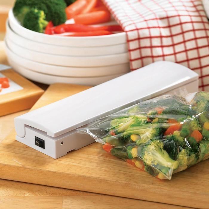 Устройство для запаивания пакетов СекундаПрочее для хранения продуктов<br>Как сохранить свежесть приправ, зелени, овощей и сыпучих продуктов? Купить устройство для запаивания пакетов «СЕКУНДА»! Это маленькая машинка, которая создает термический шов на любом полиэтиленовом и пластиковом пакете.<br>