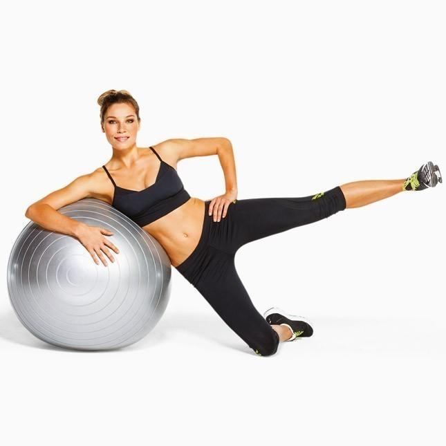 Упражнения для похудения бедер на шаре