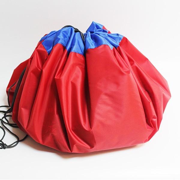 Сумка-коврик для игрушек Toy Bag, 100 см - красно-синийОстальные игрушки<br>Игрушки вечно разбросаны по дому? Не раз случайно наступали ногой на коварную детальку от конструктора и нецензурно ругались? Сумка-коврик для игрушек Toy Bag станет настоящей находкой! Теперь после игр ничего не придется собирать. Достаточно просто стянуть мешок и отправить его в шкаф! В ассортименте вы найдете сумки-коврики любого цвета и разного размера по смешной цене в интернет магазине Мелеон!<br>