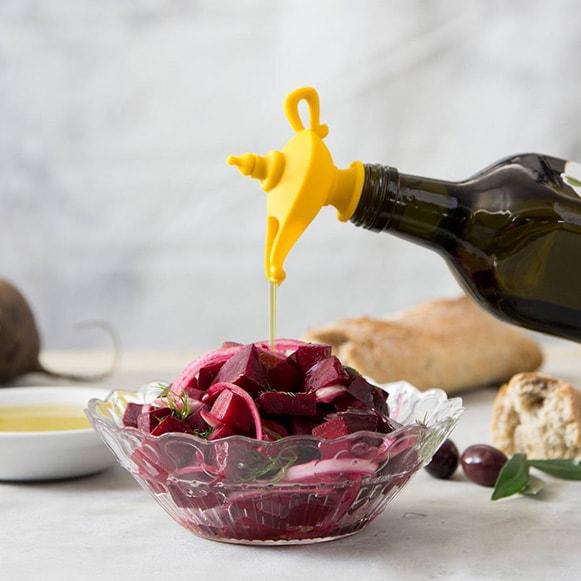 Пробка для масла Oiladdin - Лампа Аладдина, силиконПрочее для хранения продуктов<br>До сих пор храните оливковое или подсолнечное масло под крышкой обычной бутылки? Пробка для масла Oiladdin - Лампа Аладдина подарит вам не только дополнительную изюминку на кухню, но и обеспечит максимальную гигиеничность и удобство в приготовлении пищи!<br>