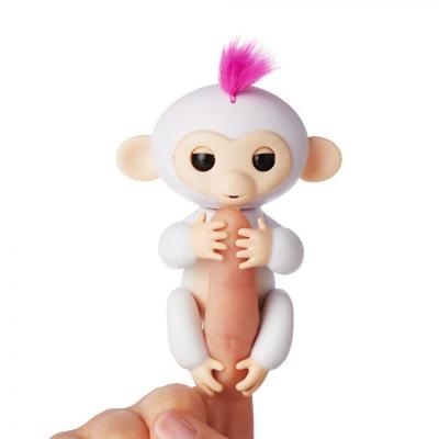 Интерактивная обезьянка Fingerlings Baby Monkey, белыйОстальные игрушки<br>Хотите подарить море улыбок своему ребенку? Интерактивная обезьянка Fingerlings Baby Monkey, которая стала хитом во многих странах. Милая зверушка любит хвататься своими лапками за палец своего нового хозяина, висеть вниз головой, зацепившись за разные предметы, а также выполнять разные трюки!<br>