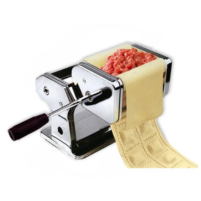 Машинка для изготовления равиоли и раскатки теста BradexЛапшерезки и пельменницы<br>Невозможно сравнить магазинные равиоли или пельмени с домашними. Если вы хотите чаще баловать своих близких вкусными, полезными и свежими блюдами, то спешите купить революционную машинку для изготовления равиоли и раскатки теста Bradex. С этим устройством рутинные процессы на кухне превратятся в увлекательное провождение времени!<br>