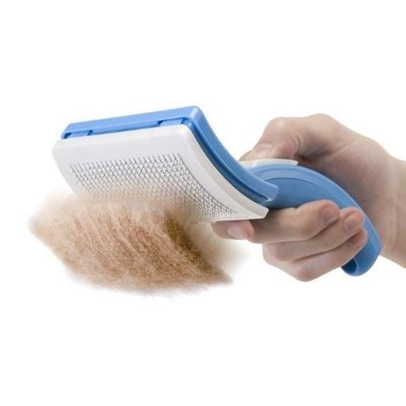 Щетка для вычесывания кошек и собак Pet ZoomДля вычесывания шерсти<br>Ваш питомец просто ненавидит вычесывание шерсти? Но без этой процедуры нельзя обойтись, особенно в период линьки. Интернет магазин Мелеон представляет вам революционное устройство, которое упростит процедуру во много раз. Это - Pet Zoom, щетка, которая прекрасно подходит для кошек и собак любой породы!<br>