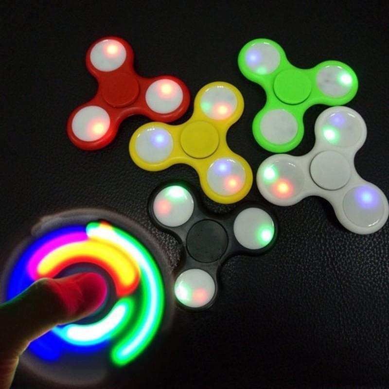 Спиннер светящийся - пластик, цвет миксСпиннеры<br>Про какой аксессуар сейчас можно услышать повсюду от детей и взрослых? Это – спиннер, который не так давно появился на рынке, но моментально завоевал популярность людей любого возраста. Яркий светящийся спиннер из пластика.